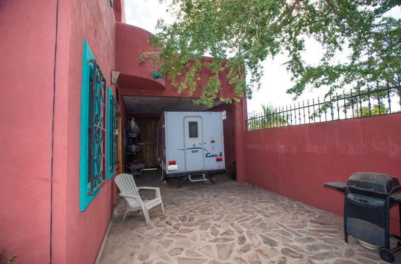 Casa Sueño de Colores back of garage