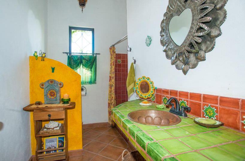 Casa Sueno de Colores downstairs full bath