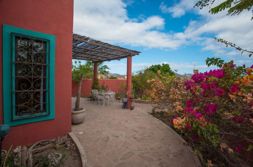 Casa Sueño de Colores front garden