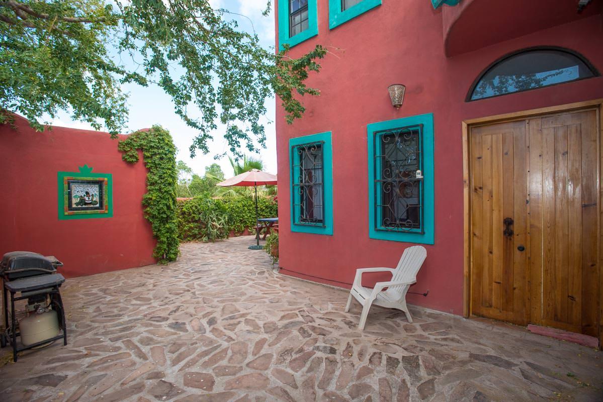 Casa Sueño de Colores side yard behind garage