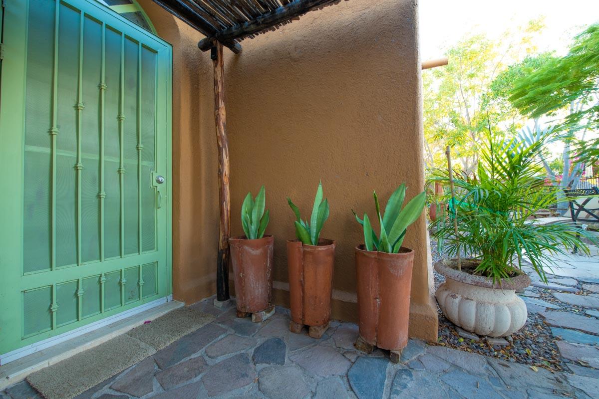 One level 2 bed/1.5 bath home: garden pots