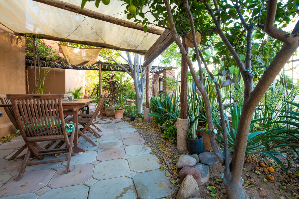 One level 2 bed/1.5 bath home: peaceful garden