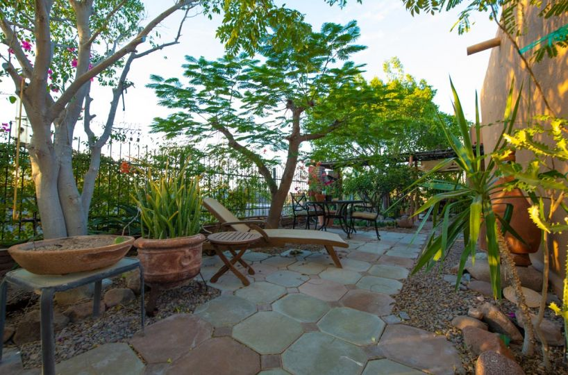 One level 2 bed/1.5 bath home: secluded garden