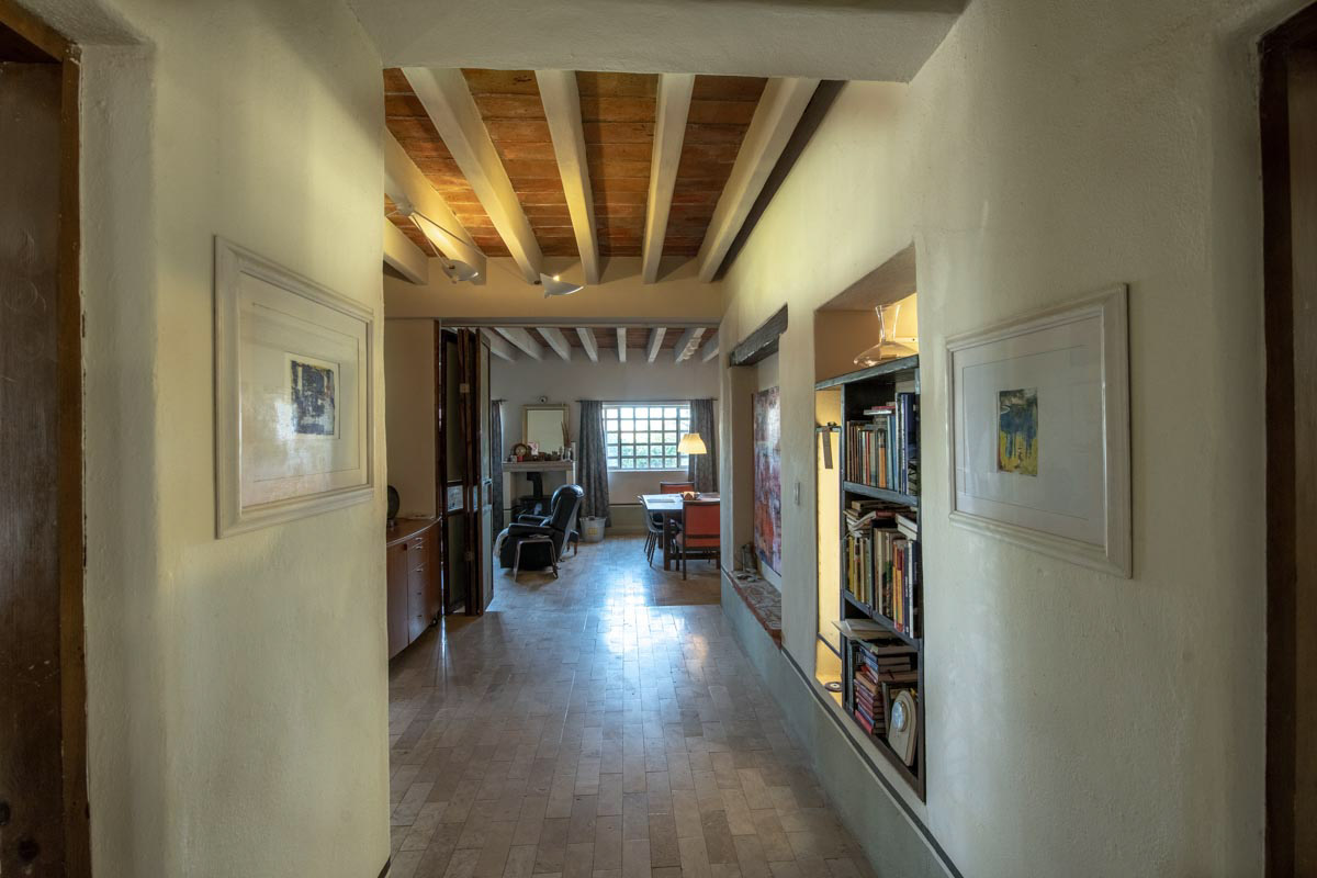 One level 2 bed/1.5 bath home: wide hallway