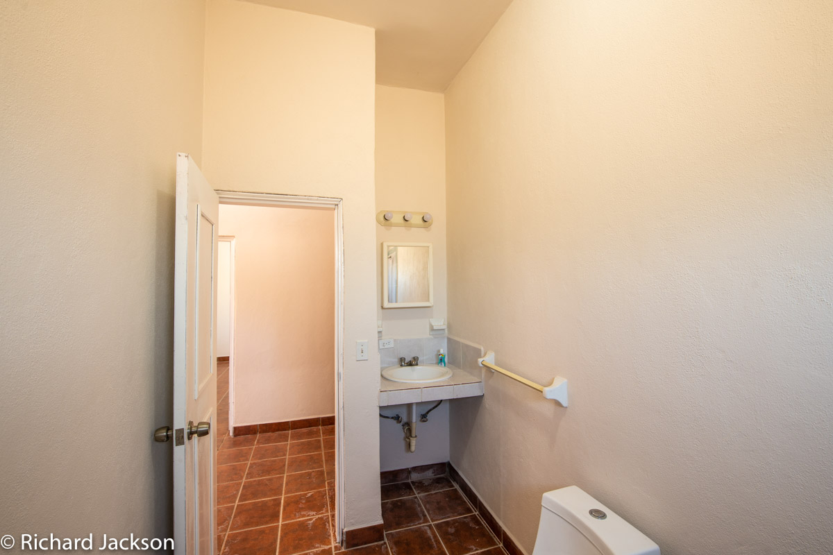 2 Bed 2 Bath 2 Blocks Away from the Beach in Loreto: Downstairs bathroom